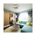 В этой просторной гостиной предусмотрены два выхода: на кухню и в коридор. Они располагаются по одной стене, еще одну занимает большое окно