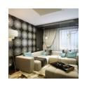 Уютная модная гостиная, площадью чуть более 19 кв. метров декорирована по принципу контрастов. Одна из стен украшена черно-белыми фотообоями с симметричным рисунком, которые прекрасно сочетаются с белым натяжным потолком и темным полом