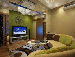 Гостиная оформлена по тому же принципу, что и вся квартира: однотонные пастельные стены плюс оригинальные интерьерные детали и яркие акценты.