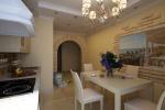 Открытая планировка этой кухни-столовой позволила сохранить простор и свет.