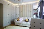 Один из главных элементов в этой спальне — уютный диван, выполненный в светлых тонах