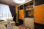 Всю правую стену в спальне занимает шкаф с открытыми и закрытыми модулями